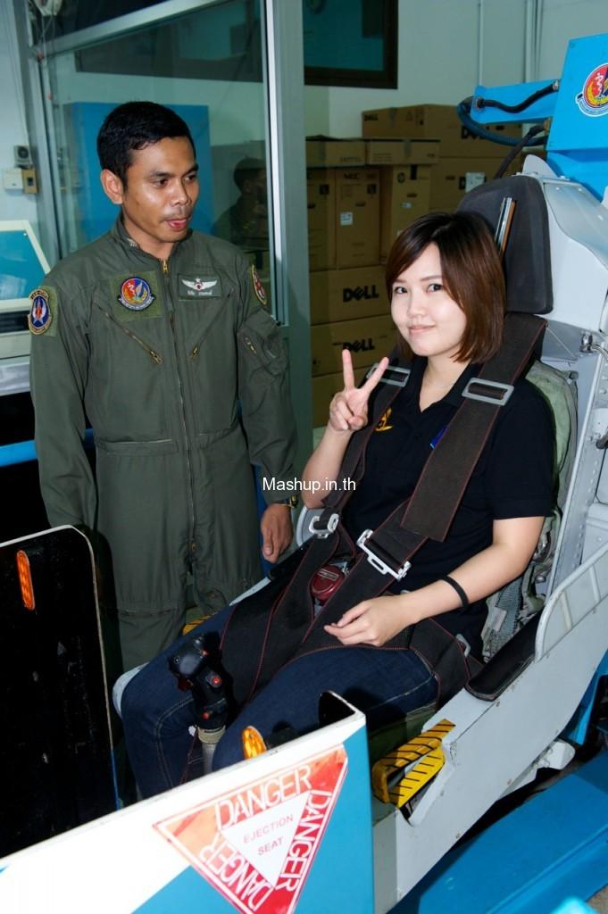 มิ้ง พิรดา เตชะวิจิตร์ ขณะทดสอบกับเครื่องฝึกยิงเก้าอี้ดีด (Ejection seat trainer)แบบเดียวกับที่ใช้ฝึกนักบินเครื่องบินรบ