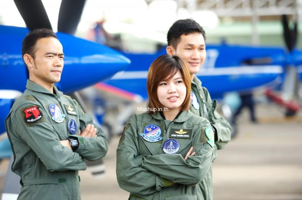 มิ้ง พิรดา เตชะวิจิตร์ และตัวแทนประเทศไทยทั้ง 2 คนขณะเข้าร่วมฝึกฝนกับนักบินหมู่บินผาดแผลงของกองทัพอากาศไทย (Blue Phoenix) เพื่อฝึกฝนร่างกายให้เตรียมพร้อมต่อการรับกับแรงจี (G-Force)